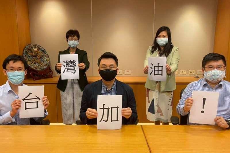 新加坡駐台代表葉偉傑(中)與辦事處人員感謝台灣醫護與前線人員的抗疫辛勞(翻攝臉書)