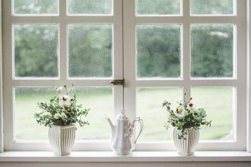 英國人很重視窗邊的呈現,冬季漫長、經常降雨的英國,窗戶是將陽光帶入屋內、汲取外部景色的重要物件(圖 / StockSnap@pixabay)
