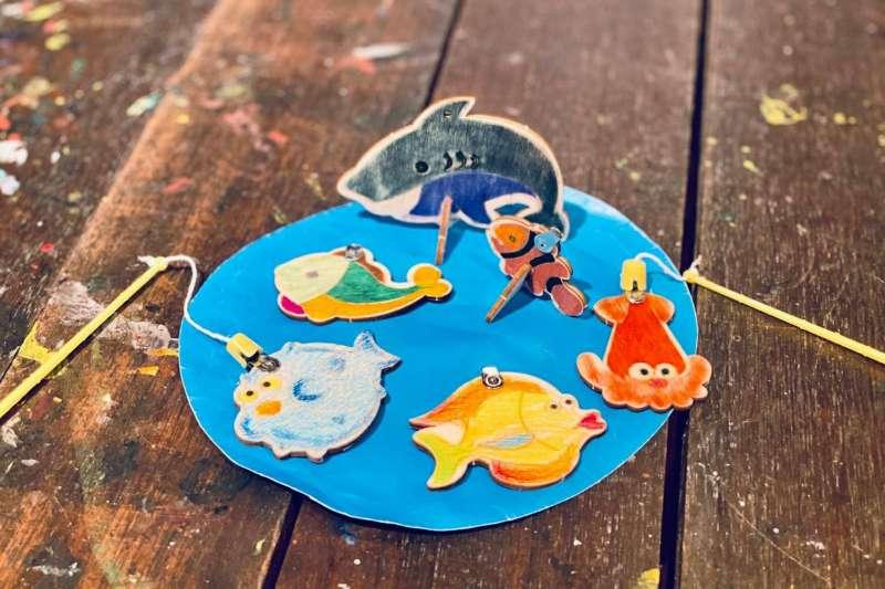 台中市府觀旅局推出「宅家遊台中-百寶體驗箱」,可以在家中一起做釣魚DIY。(圖/台中市觀旅局提供)