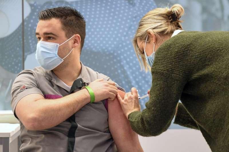 一名荷蘭醫護人員正在接種輝瑞疫苗(AP)