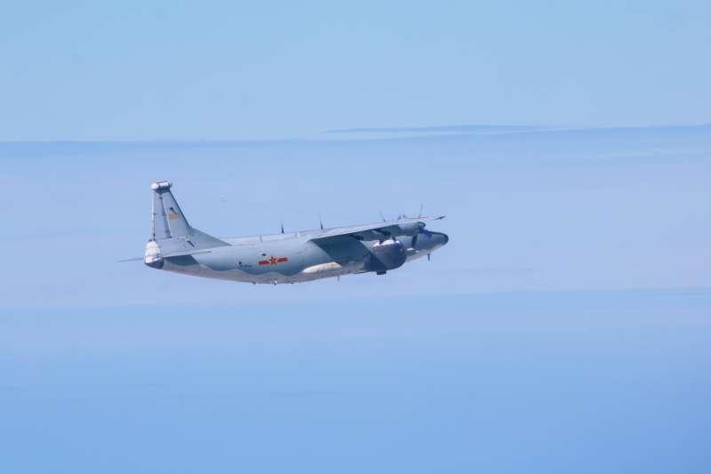 615共軍演習可能是演練遠征作戰機群對假想中的美軍、我海空軍執行長距離打擊任務。圖為參與演習的運-8遠干機(國防部提供)