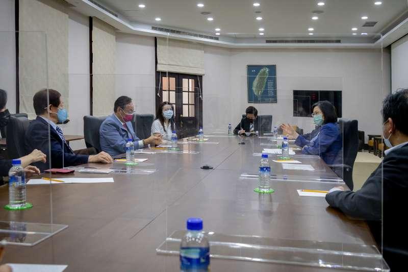 為討論BNT疫苗採購問題,總統蔡英文(右二)與台積電董事長劉德音(左一)、鴻海創辦人郭台銘(左二)進行會談。(總統府提供)