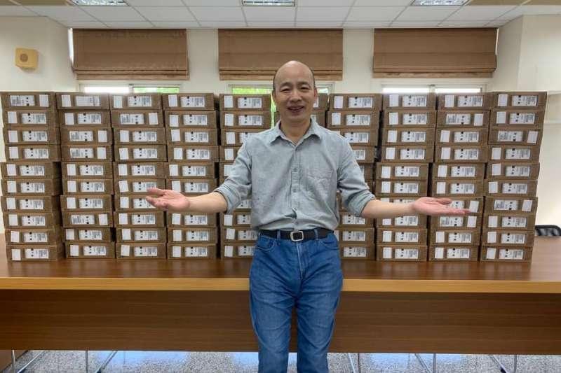 前高雄市長韓國瑜捐贈100台筆電,供偏鄉學子遠距學習。(資料照,取自韓國瑜臉書)
