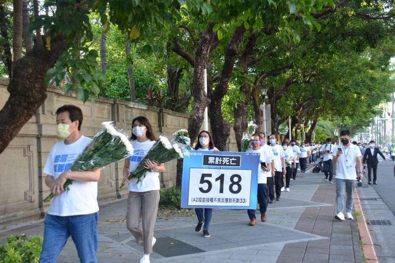 20210618-國民黨團立委手持518朵菊花以肅穆的心情步入議場。(國民黨團提供)