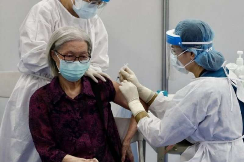 台灣開始為75歲以上長者施打新冠疫苗(BBC News 中文)