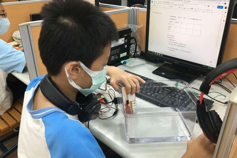 同榮國小透過好玩又有趣的實際體驗與操作,讓學生學會寫程式探測水位。(圖/新北市教育局提供)
