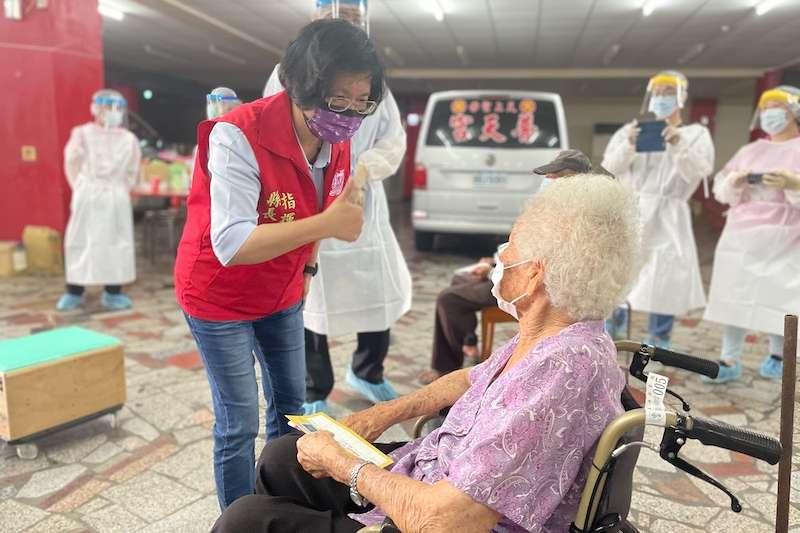 彰化縣長王惠美19日一大早就前往各鄉鎮疫苗接種站,關心長者疫苗接種情形。(圖/彰化縣政府提供)