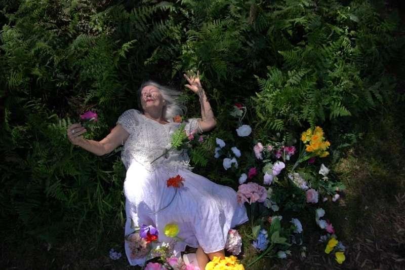 克萊默為106歲生日拍攝的藝術照。(取自eileen-kramer.com)