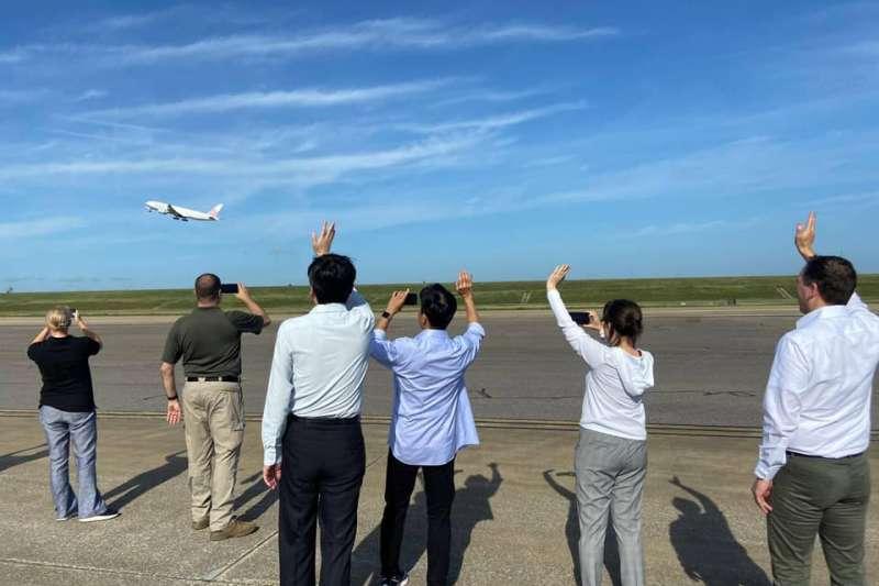 美國援台250萬疫苗班機已起飛,我駐美代表蕭美琴到場送機。(蕭美琴臉書)