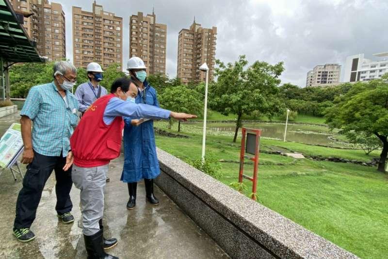 林欽榮副市長關心各地積淹水狀況,冒雨前往寶業里及本和里滯洪池視察。(圖/高雄市水利局提供)
