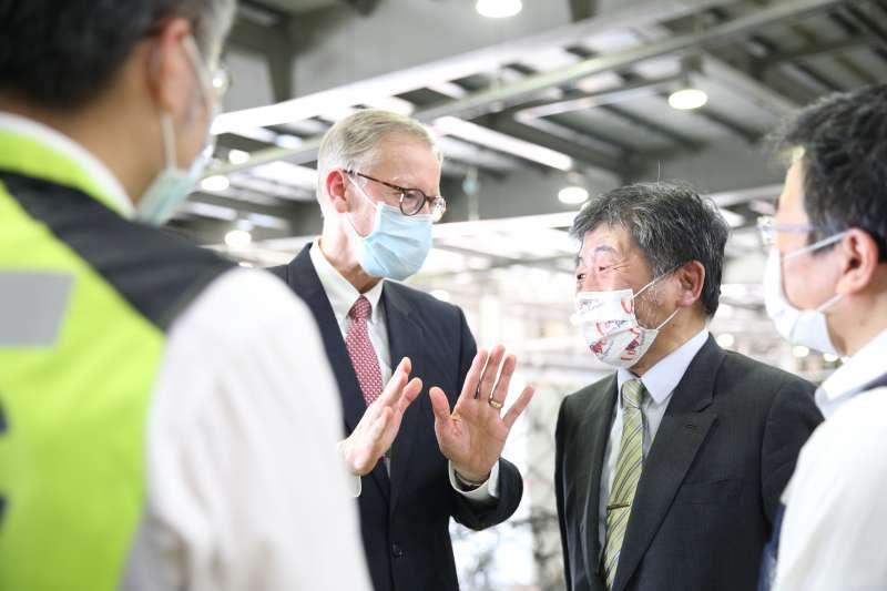 美國捐贈台灣250萬劑莫德納疫苗,酈英傑(左)、陳時中(右)親自接機。美贈台疫苗,對穩定蔡英文政府幫助甚大。(資料照,中央流行疫情指揮中心提供)
