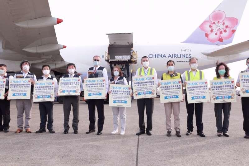 美國捐贈台灣250萬劑莫德納疫苗,20日下午抵達桃園國際機場,衛福部長陳時中(左四)、美國在台協會處長酈英傑(左五)親自接機。(中央流行疫情指揮中心提供)
