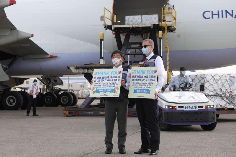 美國捐贈台灣250萬劑莫德納疫苗,20日下午抵達桃園國際機場,衛福部長陳時中、美國在台協會處長酈英傑親自接機。(中央流行疫情指揮中心提供)