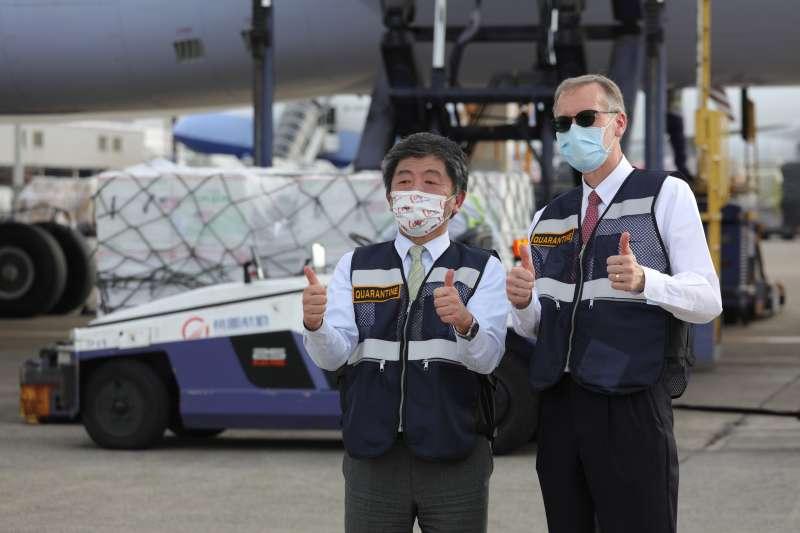 美國贈送250萬劑COVID-19疫苗,美國在台協會(AIT)處長酈英傑(右)與中央流行疫情指揮中心指揮官陳時中(左)到場接機。(中央流行疫情指揮中心提供)