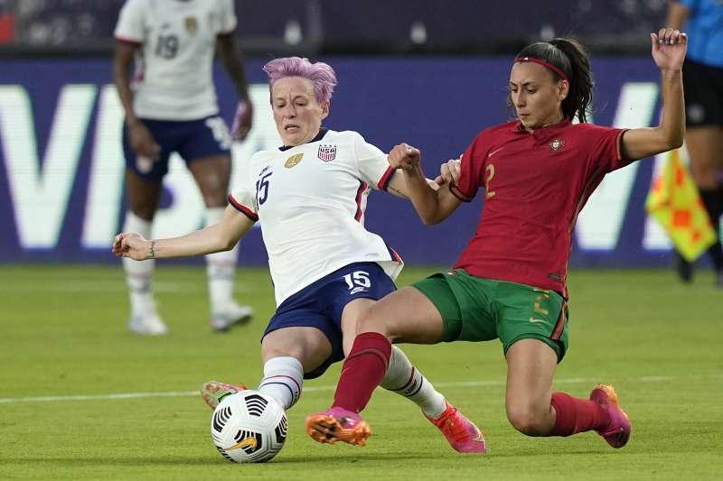 美國女子足球健將拉皮諾(Megan Rapinoe,左)(AP)