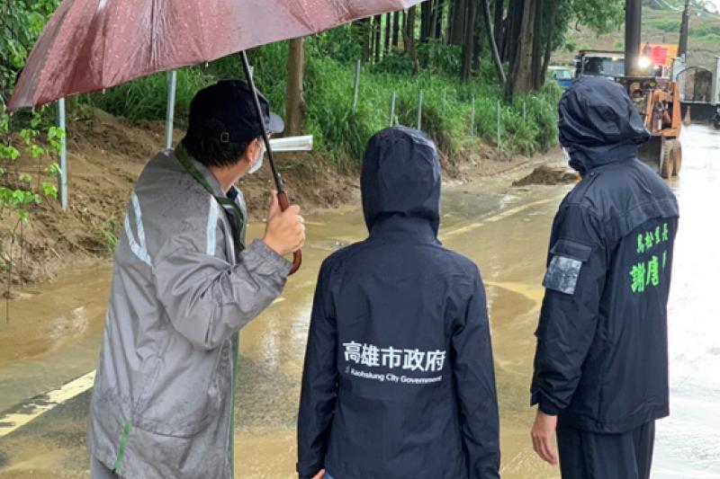 高雄市環保局長張瑞琿親自視察積淹水情形。(圖/高雄市環保局提供)