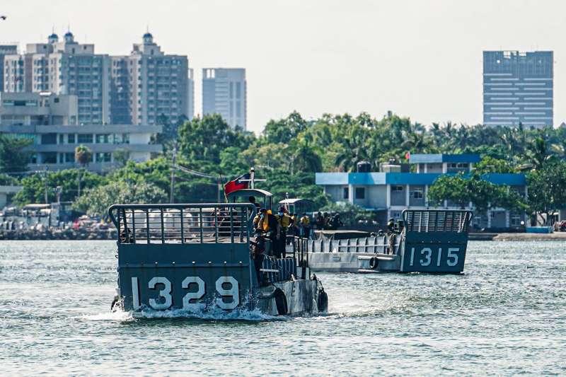 2艘LCM登陸艇搭載陸戰隊使用的20機砲車、40榴彈機槍車於高雄左營某處沙質灘地實施登陸及車輛下卸等訓練。(取自中華民國海軍臉書)