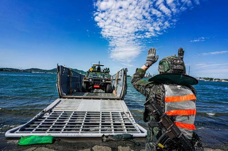 20210621-海軍司令部臉書21日發布陸戰66旅和151艦隊執行「輪型車輛裝載暨涉水訓練」畫面。(取自中華民國海軍臉書)