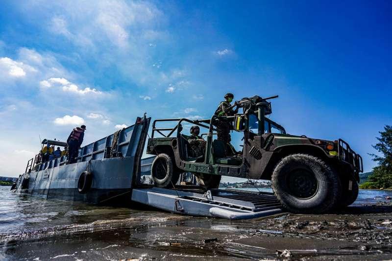 20210621-登陸艇吃水極淺,可直接觸擊灘岸,讓無法在水中行駛的車輛直接開上岸。(取自中華民國海軍臉書)