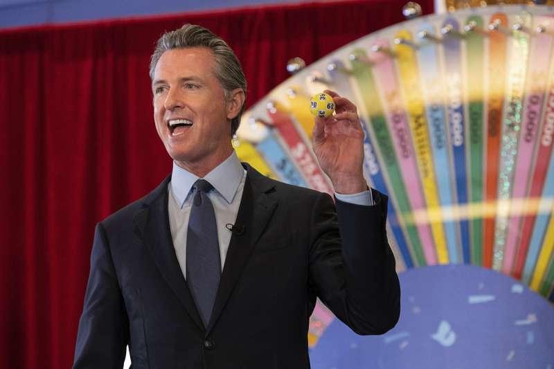 疫苗樂透:美國加州州長抽出得獎號碼(AP)