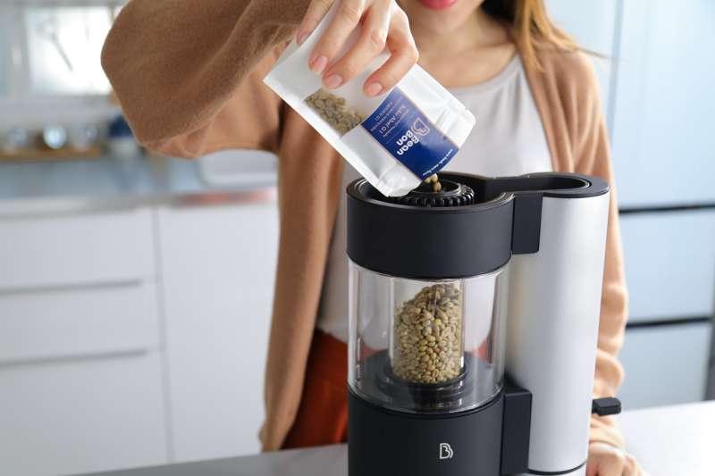 台灣製造的BeanBon家用烘豆機,體積就像果汁機一樣輕巧又方便使用。(圖/BeanBon提供)