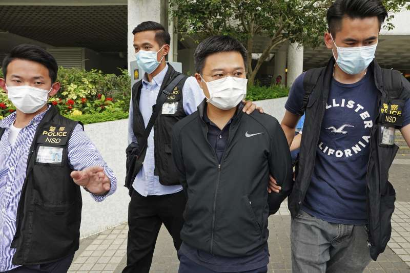 2021年6月17日,香港《蘋果日報》總編輯羅偉光遭警方逮捕(AP)