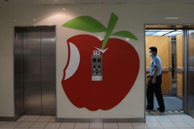 2021年6月17日,香港警方搜索《蘋果日報》,逮捕5名高層(AP)