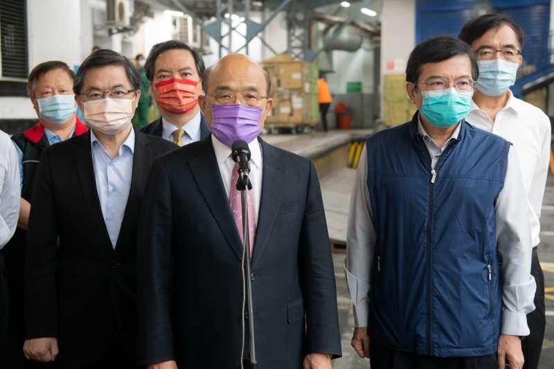 行政院長蘇貞昌22日赴台北郵局慰勉第一線工作人員。(行政院提供)