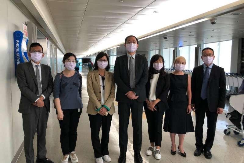 20220622-我香港辦事處堅拒港府要求逼迫簽署「一中承諾書」而撤回台灣,代理處長林振宙(中)等7位同仁於20日下午抵台。(取自陸委會臉書)