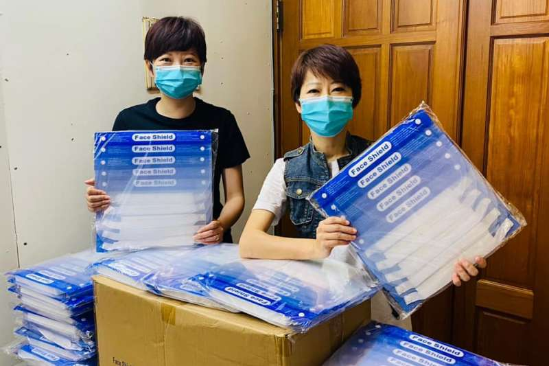 民進黨立委陳亭妃(右)和台南市議員陳怡珍(左)捐贈2000個中國製防護面罩。(取自陳亭妃臉書)