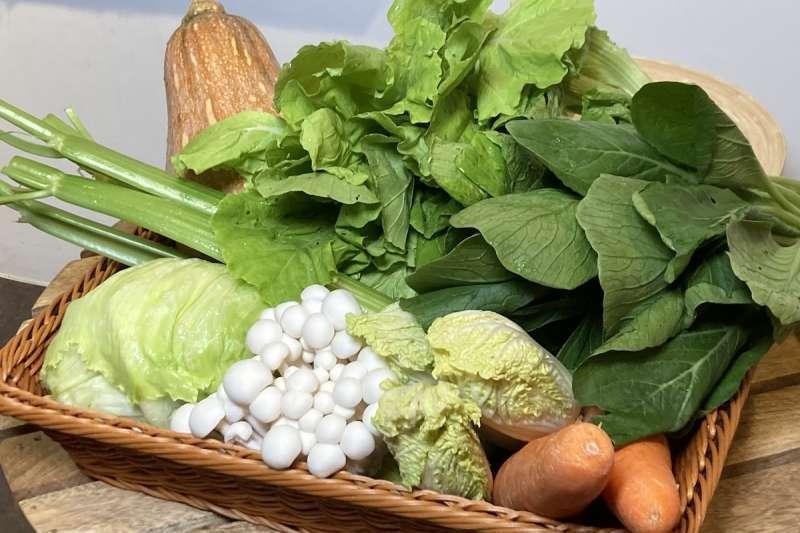 風傳媒與菜霸子合作推出蔬菜箱,希望幫助全台農民撐過這波疫情的難關!(圖為蔬菜箱部分蔬菜擺拍/風傳媒)