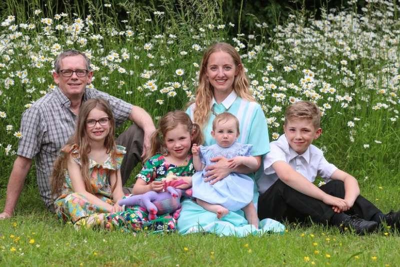 哈里斯一家都住在英國,但他發現自己其實很可能是美國總統拜登的遠親。(BBC中文網)