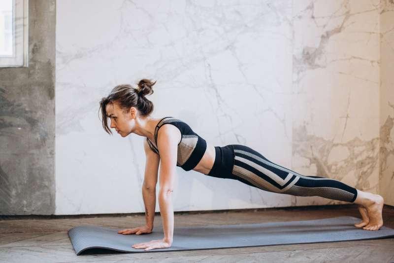 礙於疫情許多人無法出門上健身房、公園運動,網路溫度計特別整理了10大熱門運動APP,想在家做瑜珈、練腹肌都沒有問題。(圖/取自Pexels)