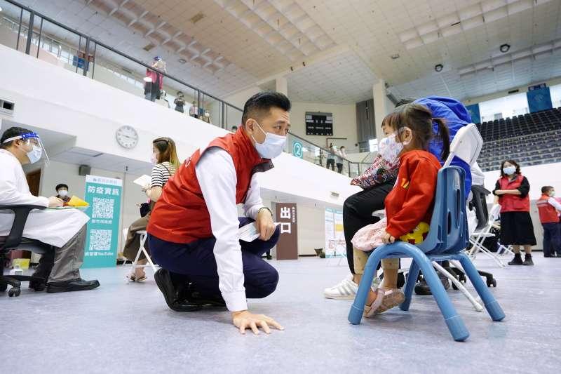 新竹市長林智堅23日到「新竹市立體育館疫苗施打站」關心孕婦接種疫苗。(新竹市政府提供)