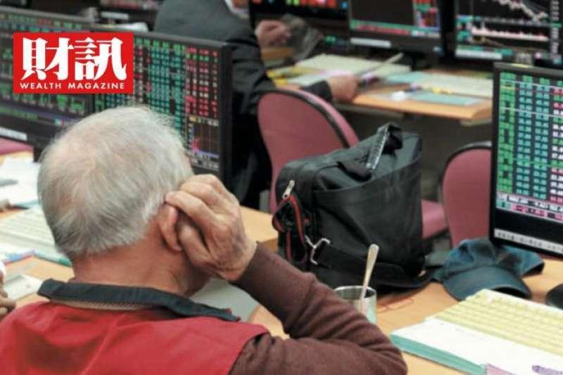 台灣卻因本土疫情爆發,許多投資人搶進防疫概念股,但近期這類股價的漲幅動能已經大不如前。(財訊雙週刊提供)