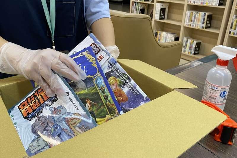 疫期間閱讀不打烊,台中市府文化局推出書香便利送20,透過郵局物流通路將書籍直接宅配到府,讓閱讀更安心便利。(圖/台中市政府)