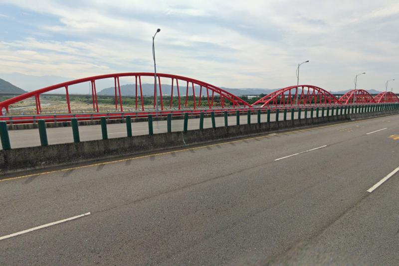 豐原區后豐大橋上往后里區方向,疑似有1名男子墜橋後落水,出動人車及橡皮艇到場搜救,並在橋上發現疑似落水者的機車。(圖/擷取自google街景)