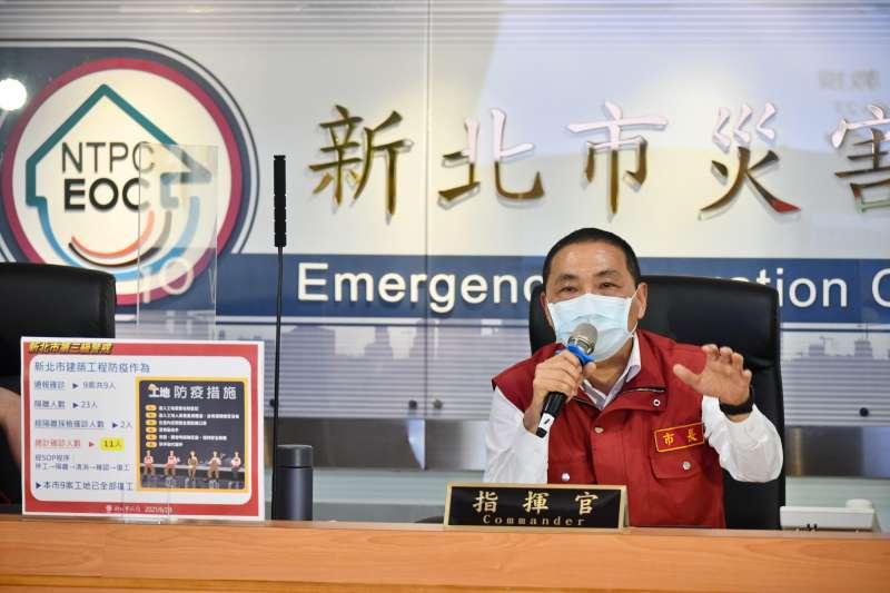 新北市長侯友宜強調,要更積極努力做事,讓疫情控制好,大家才能回到正常生活。(圖/新北市新聞局提供)