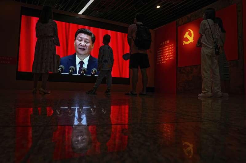 北京一處宣揚中共成就的紀念館中,民眾正在觀看習近平的影像。(美聯社)