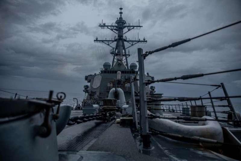 伯克級飛彈驅逐艦「柯蒂斯威爾伯號」(DDG-54)穿越台海。(取自美國海軍第七艦隊官網)