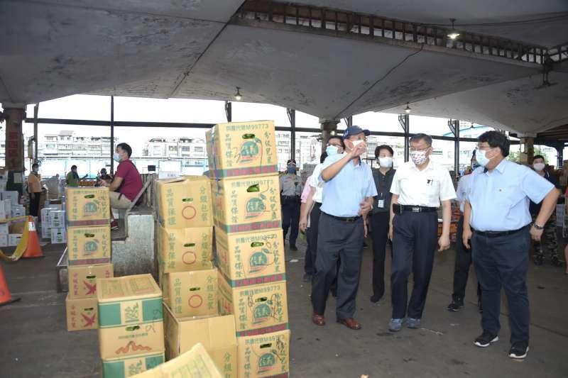 20210623-台北農產公司爆發群聚感染案,台北市長柯文哲(中)23日一早前往視察。(台北市政府提供)