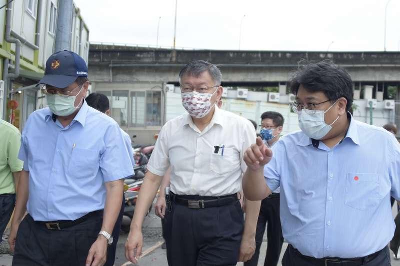 -台北農產公司爆發群聚感染案,台北市長柯文哲(中)23日一早前往視察。(台北市政府提供)