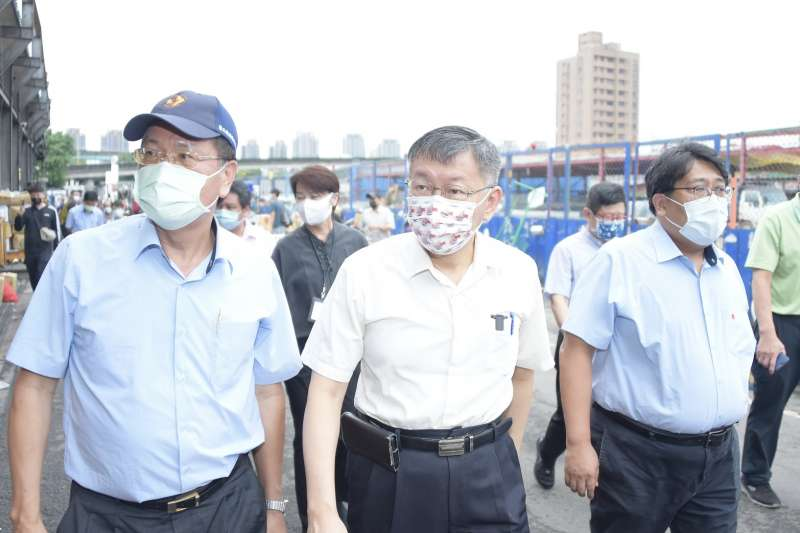 台北農產公司爆發群聚感染案,台北市長柯文哲(中)23日一早前往視察。(台北市政府提供)