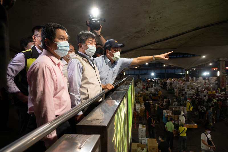 因應北農群聚感染事件,指揮中心指揮官陳時中23日視察萬大果菜市場。(指揮中心提供)