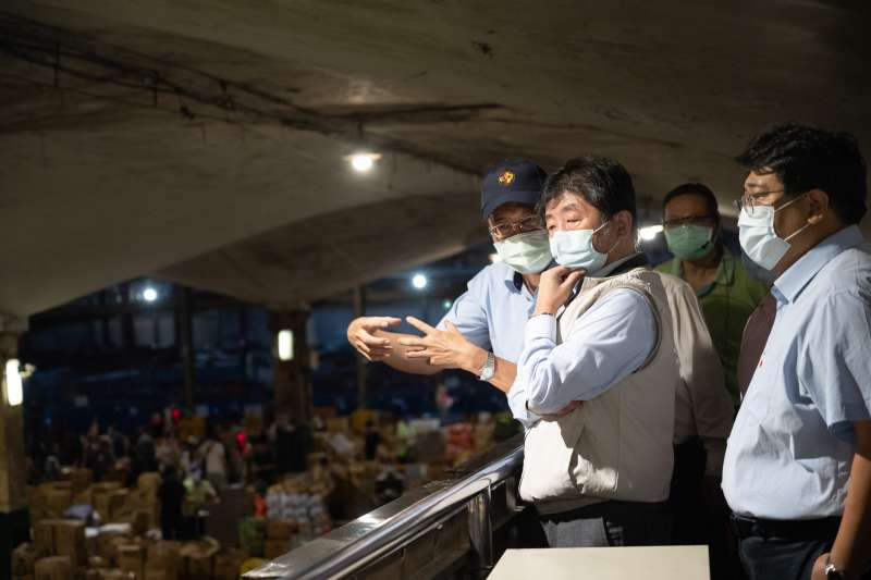 北農爆發群聚感染,衛福部長陳時中(見圖)、農委會主委陳吉仲23日凌晨無預警視察北農,引發各界討論。(指揮中心提供)