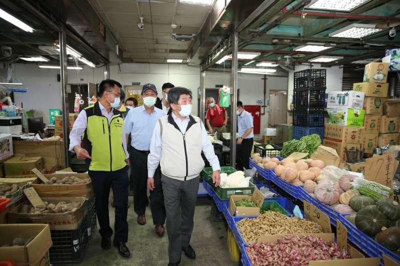 因應北農群聚感染案,指揮中心指揮官陳時中23日一早視察濱江果菜市場。(指揮中心提供)