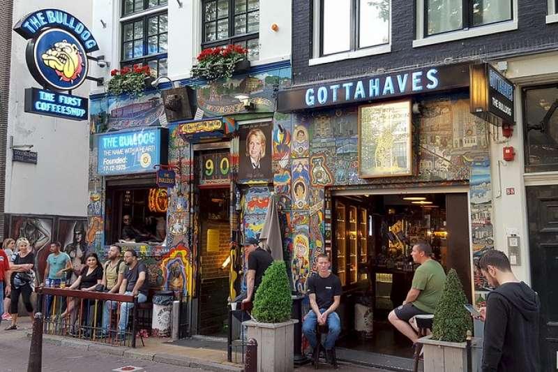 在荷蘭街上看到招牌寫著「Coffeeshop」並不是咖啡廳,而是販售大麻的店家,當地許多大麻店甚至布置像高級夜店,吸引不少年輕人和觀光客。(圖/取自flickr@Dominic Milton Trott)