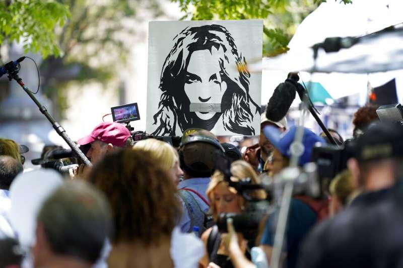 美國流行音樂天后布蘭妮6月23日透過電話出席個人監管案聽證會,向法官控訴13年來生活都遭到父親的支配與「虐待」監控。場外支持者呼籲「解放布蘭妮」。(AP)