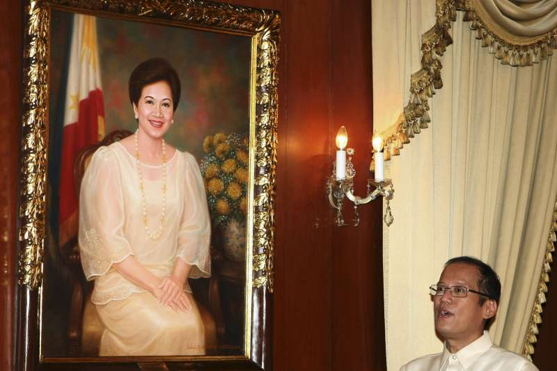 菲律賓前總統艾奎諾三世(Benigno Aquino III)與前總統母親柯拉蓉(Corazon Aquino)的肖像(AP)