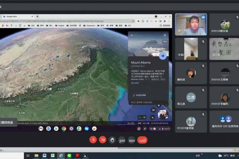新社高中和東勢高工教師視訊會議,利用Google Earth俯視地球、翱翔天際,帶學生「跟著谷哥去旅行」,讓跨校跨班的同學一同在線上環遊世界。(圖/台中市政府提供).